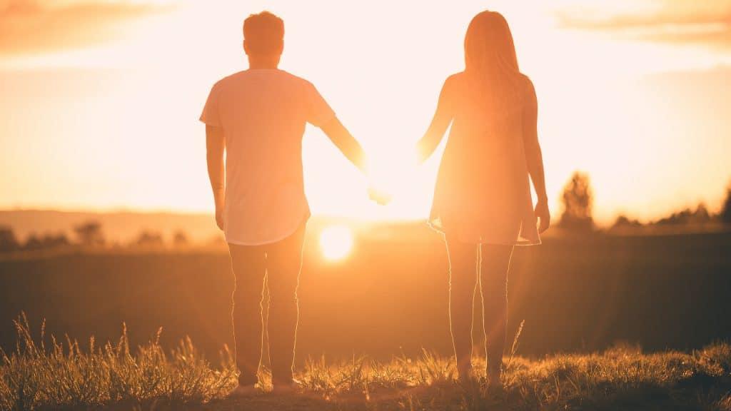 un homme tient une femme par la main